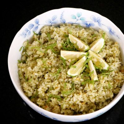 Pesto rice with mint and lemon wedges