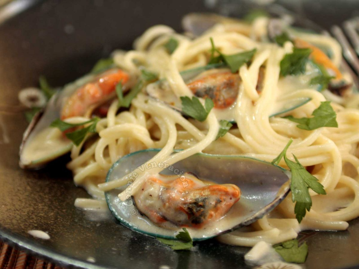 Cheesy Spaghetti with Fresh Mussels Sprinkled with Parsley