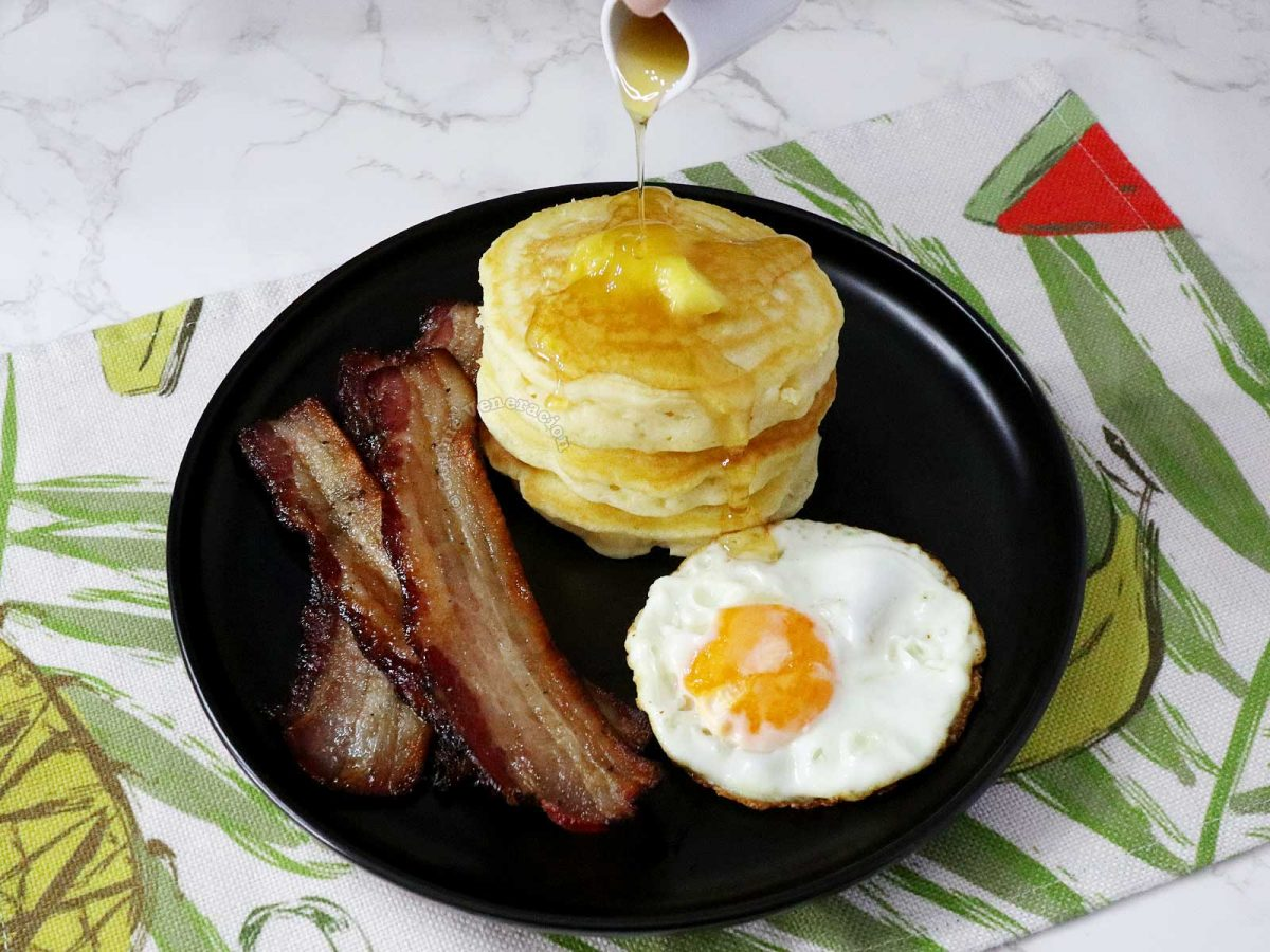 Bacon, pancakes and egg