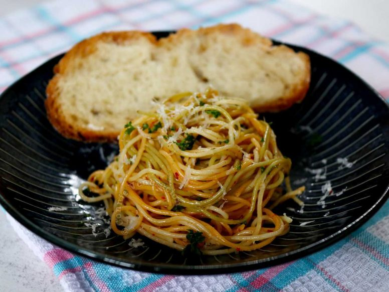 Pasta with garlic and oil, served with a slice of crusty bread