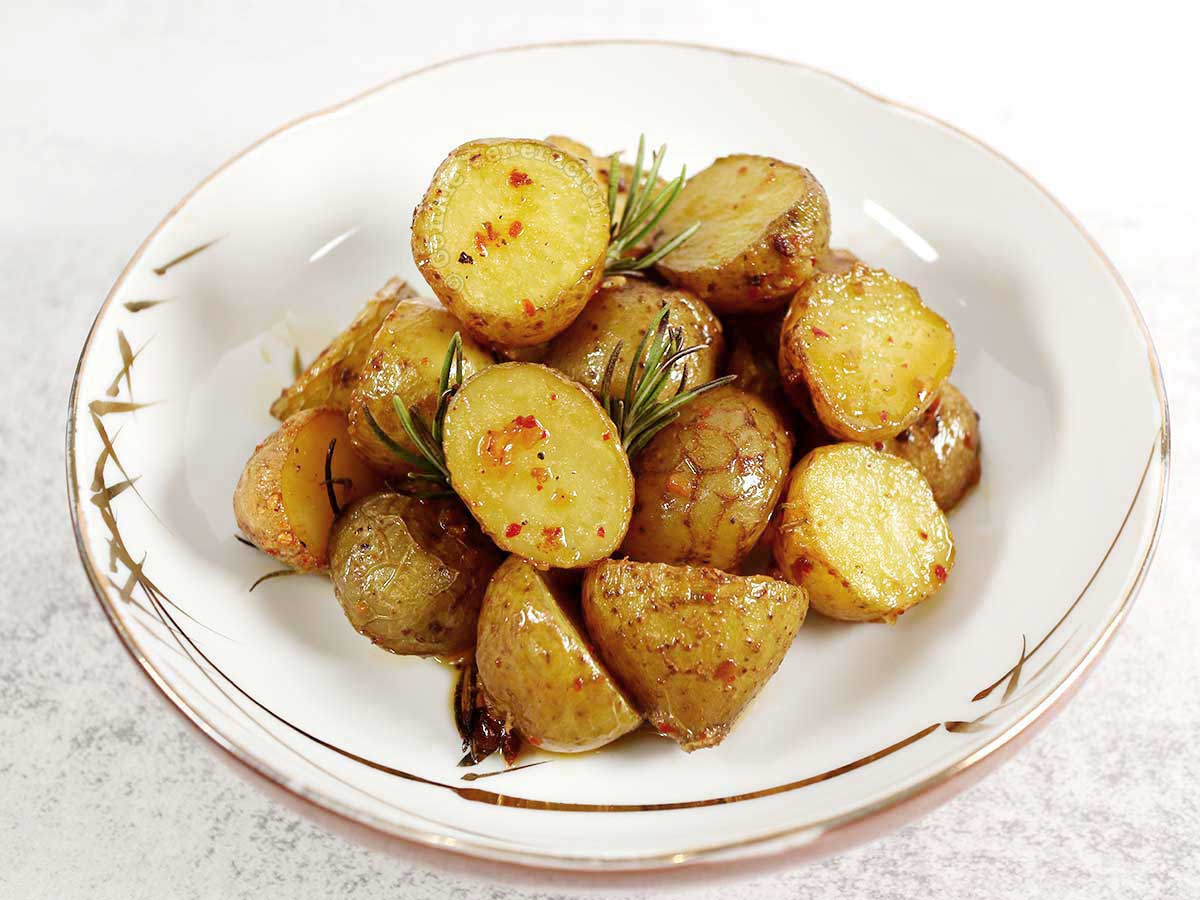 Roasted baby potatoes with chili, rosemary and garlic